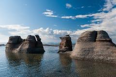巨型独石在美丽的蓝天下在Mingan 图库摄影