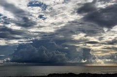 巨型的云彩形成在塞舌尔 免版税库存图片