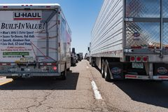 巨型的交通在跨境40新墨西哥堆  图库摄影