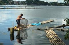 巨型的人发射的鱼设陷井在湖水的圈套 免版税库存照片