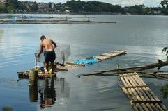 巨型的人发射的鱼设陷井在湖水的圈套 库存照片