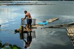 巨型的人发射的鱼设陷井在湖水的圈套 库存图片