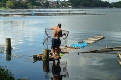 巨型的人发射的鱼设陷井在湖水的圈套 免版税库存图片