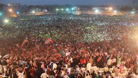 巨型的人群支持蟋蟀转动了政客伊姆兰・罕 股票视频