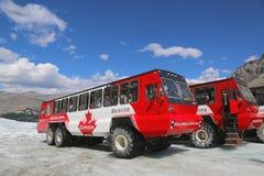 巨型的冰探险家,特别地设计为冰河旅行,采取在哥伦比亚上Icefields,加拿大的表面的游人 免版税库存照片