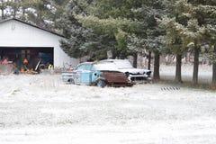 巨型的堆由伐木工人在小雪盖的杉树的木柴裁减 库存图片