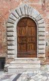 巨型的木门特点南意大利 免版税图库摄影