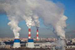 巨型的白色抽烟从许多工厂烟囱出来 免版税库存照片
