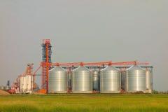 巨型的筒仓在加拿大大草原 库存图片