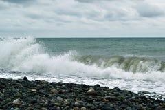 巨型的绿色波浪断裂 库存照片