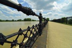 巨型的铁栏杆和锻铁操刀构筑的走道 免版税库存图片