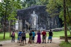 巨型石头在Buduruwagala雕刻了常设菩萨雕象,靠近Wellawaya在中央斯里兰卡 免版税图库摄影