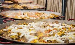 巨型肉菜饭在巨大的平底锅准备为宴会 免版税库存照片
