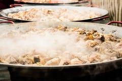 巨型肉菜饭的准备 肉在大煎锅被烹调并且生产蒸汽 免版税库存图片