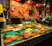 巨型螃蟹在地方市场上在京都,日本 图库摄影