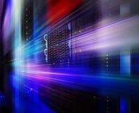 巨型计算机在一系列的数据中心设备的磁盘存储 背景迷离弄脏了抓住飞碟跳的行动 库存图片