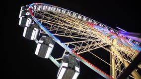 巨型轮子起动转动和增加速度,闪耀明亮的照明 股票视频