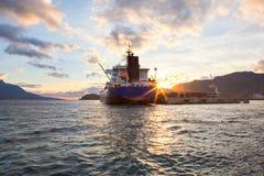 巨型邮轮船靠了码头,黄昏日落 免版税库存图片
