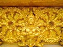 巨型金黄雕塑 免版税库存照片