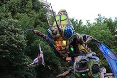巨型靠机械装置维持生命的人昆虫和杂技演员 免版税库存照片