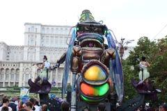 巨型靠机械装置维持生命的人昆虫-游行 免版税图库摄影