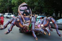 巨型靠机械装置维持生命的人蜘蛛 免版税库存照片