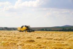 巨型黄色运转的麦子收割机组合机器 免版税库存图片