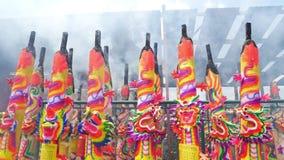 巨型龙香火黏附灼烧在寺庙之外在九个皇帝神节日期间在Ampang 股票录像
