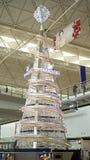 巨型水晶圣诞树在HK机场 免版税库存照片