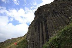 巨型` s堤道的多角形玄武岩火山石岩石专栏 库存照片