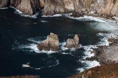 巨型` s桌和椅子 沿Donegal ` s海岸的爱尔兰峭壁,它会见大西洋 库存图片