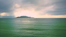 巨大图片巨大的镇静天蓝色的海洋和遥远的海岛 股票录像