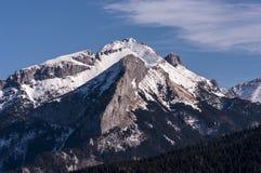 巨大多雪的山峰的美好的冬天风景 免版税图库摄影
