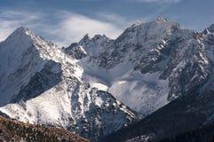 巨大多雪的山峰的美好的冬天风景 免版税库存图片