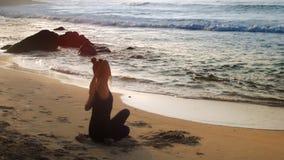 巨大夫人在沙滩思考做瑜伽 股票视频