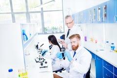 巨大对组织工作概念,科学家做对c的研究 免版税库存图片