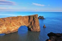 巨大岩石在海 免版税库存照片