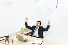 巨大工作和成功在事务 与被举的胳膊的商人 免版税图库摄影