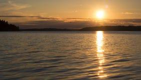 巨大日落在群岛,斯德哥尔摩,瑞典 旅行和假日概念 免版税库存照片