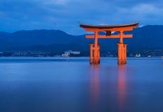 巨大浮动门& x28; O-Torii& x29;在宫岛海岛上 免版税库存图片