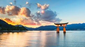 巨大浮动门(O-Torii)在Itsukushima神道圣地附近的宫岛海岛上 免版税图库摄影