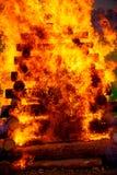 巨大灼烧的篝火由与美丽的火焰的日志做成 图库摄影
