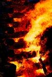 巨大灼烧的篝火由与美丽的火焰的日志做成 库存照片