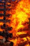 巨大灼烧的篝火由与美丽的火焰的日志做成 免版税库存图片
