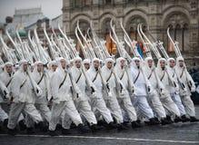 以巨大爱国战争的形式俄国士兵在游行在红场在莫斯科 图库摄影