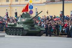 巨大爱国战争T-34-85的苏联坦克在游行的以纪念胜利天 库存照片