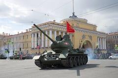 巨大爱国战争T-34-85的苏联坦克以海军部大厦为背景的 游行的片段在荣誉o的 库存图片