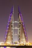 巨大狡猾的巴林大厦中心冲减的能源其现代贩卖涡轮的自己的设想的用品非常通过风世界 免版税图库摄影