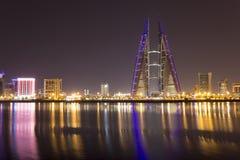 巨大狡猾的巴林大厦中心冲减的能源其现代贩卖涡轮的自己的设想的用品非常通过风世界 库存照片