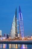 巨大狡猾的巴林大厦中心冲减的能源其现代贩卖涡轮的自己的设想的用品非常通过风世界 库存图片